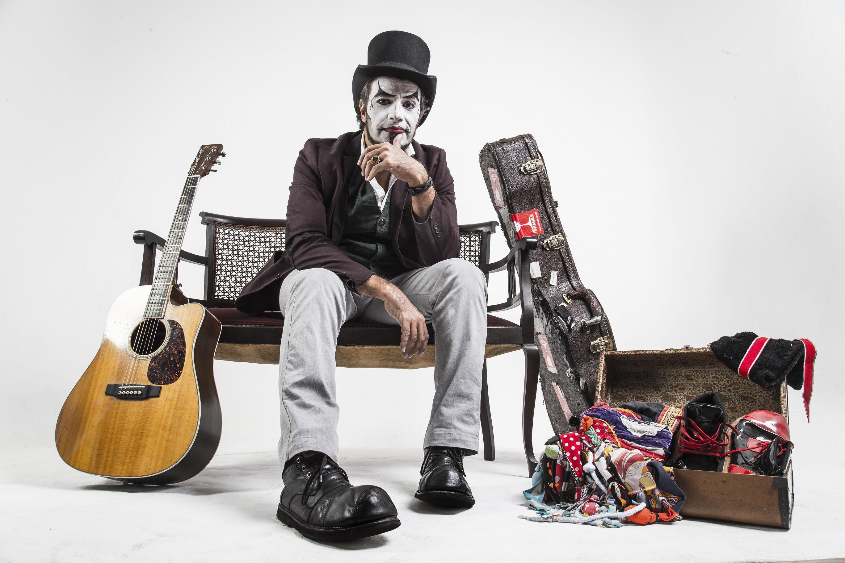 Fernando Anitelli apresenta 'O Teatro Mágico - Voz e Violão' no Recife