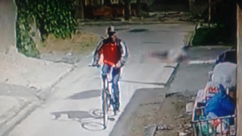 Em um crime cometido em janeiro, suspeito foge do local com a bicicleta da vítima, em Curitiba — Foto: Divulgação/PCPR