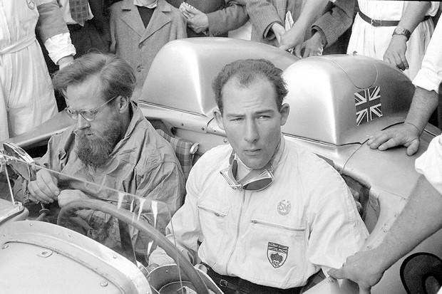 Stirling Moss (rechts) und sein Kopilot Denis Jenkinson vor dem Start der Mille Miglia am 1. Mai 1955 in Brescia, Italien. Das Team siegt im Mercedes-Benz 300 SLR Rennsportwagen (W 196 S) mit der besten Zeit, die je bei der Mille Miglia erreicht wird. S (Foto: Daimler AG)