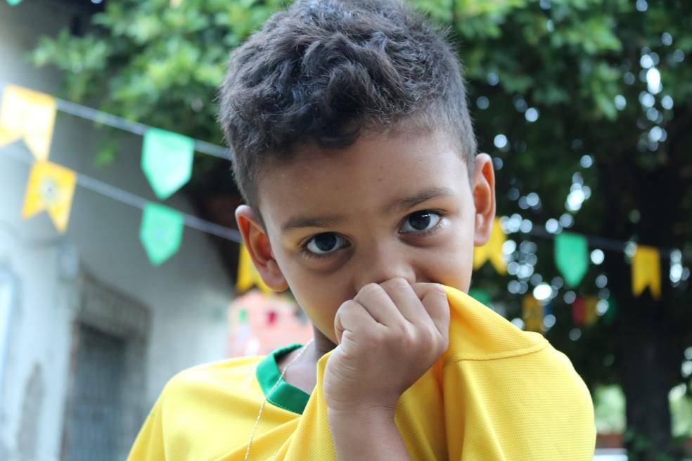 O menino beija o brasão da camisa da seleção toda vez que toca o hino brasileiro e quando é feito gol (Foto: Foto: José Marcelo/G1)