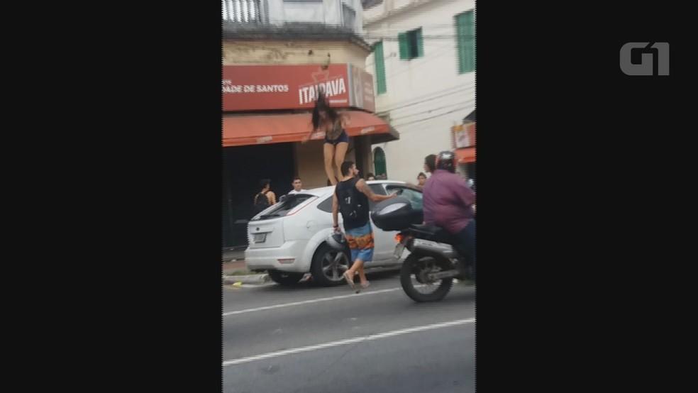 Carro foi vandalizado após cliente de travesti se recusar a pagar o programa em Santos, SP. (Foto: Reprodução / G1)