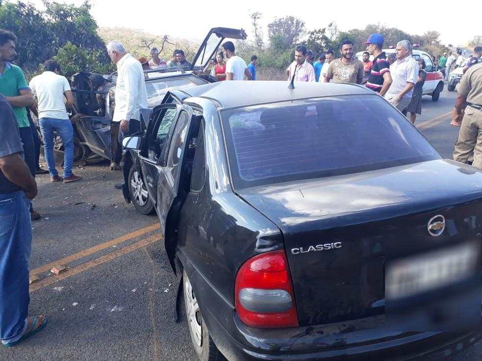 Carros bateram de frente entre os municípios de Patis e  Japonvar (Foto: Polícia Rodoviária Militar/Divulgação)