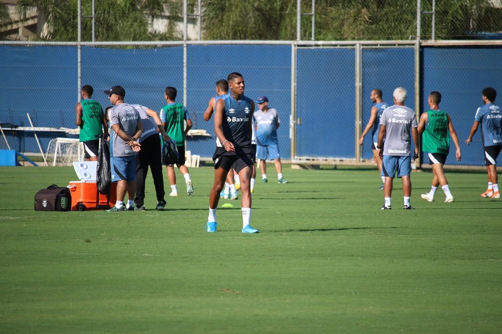 Jean Pyerre voltou a trabalhar com bola no treino desta quarta — Foto: Lucas Bubols