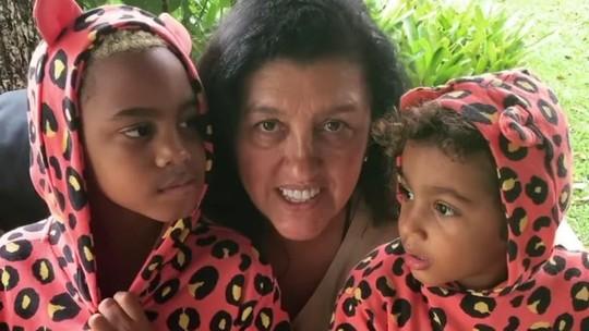 Regina Casé curte o domingo com o filho e o neto combinando looks: 'Adoro isso'