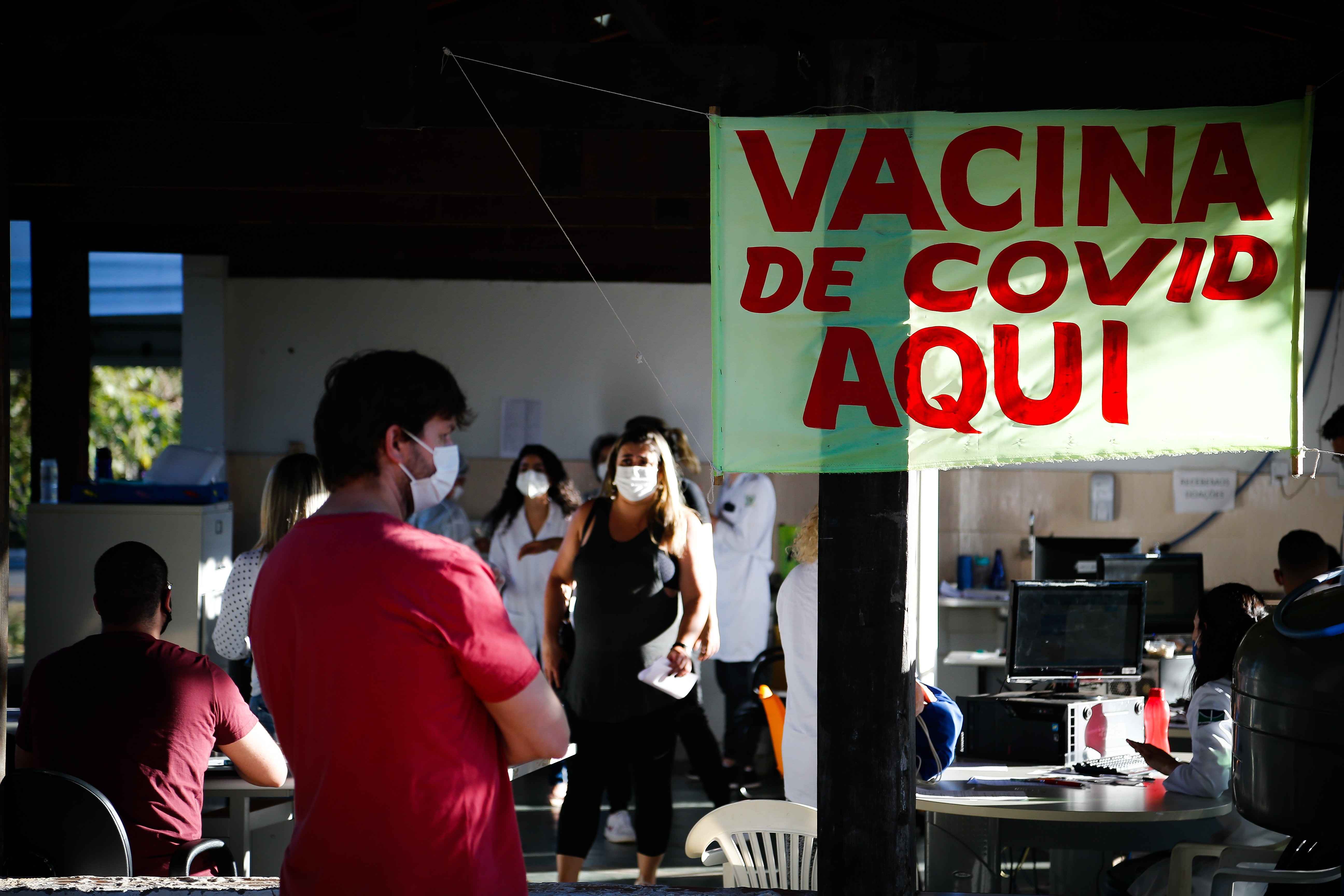 Posto de vacinação no Distrito Federal contra a Covid-19: sites disseminam desinformação sobre supostos efeitos colaterais de imunizantes
