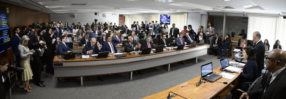 Senadores reunidos durante sessão da Comissão de Constituição, Justiça e Cidadania (CCJ) nesta quarta-feira (10) — Foto: Pedro França/Agência Senado