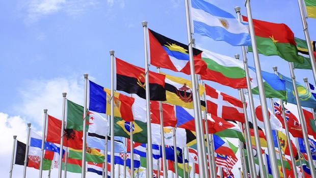 Multinacionais_expansão_mundo_globo_capital_bandeiras_brasil (Foto: Thinkstock)