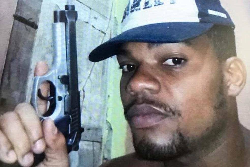 Conforme a SSP, suspeito postava fotos com armas nas redes sociais. — Foto: Divulgação/SSP-BA
