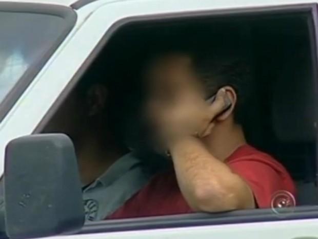 Motorista é flagrado falando no celular e sem o cinto de segurança, flagrantes comuns do dia a dia (Foto: Reprodução/TV TEM)