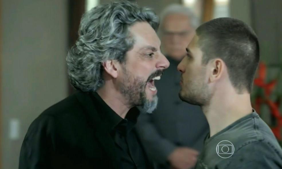 José Alfredo (Alexandre Nero) perde a cabeça com João Lucas (Daniel Rocha) durante discussão - 'Império' — Foto: Globo