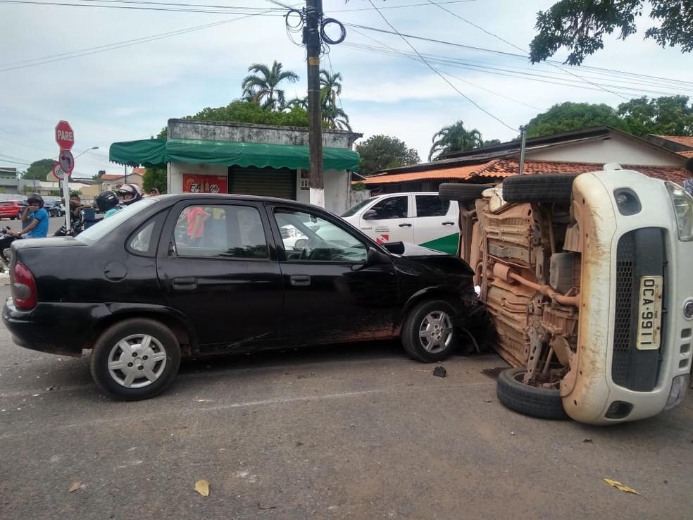 Uno capotou após avanço de preferencial no bairro Aparecida, em Santarém — Foto: Jéssica Luz/G1