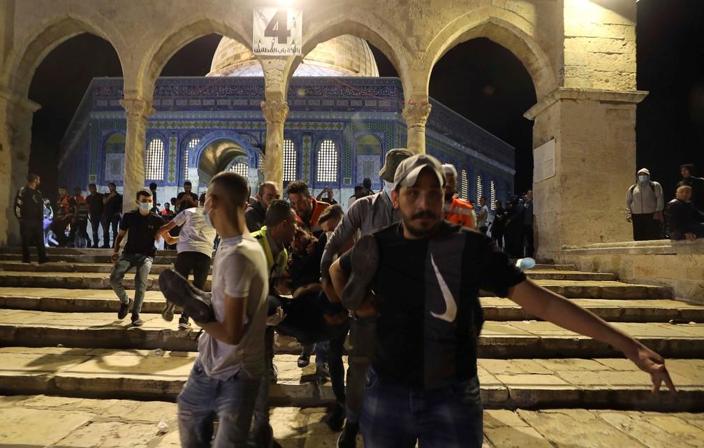 Confronto em frente a mesquita de Mesquita de Al-Aqsa, em Jerusalém, em 7 de maio de 2021 — Foto: Ammar Awad/Reuters