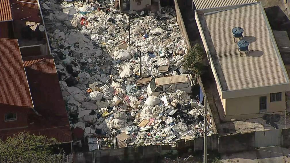 Globocop flagra 'lixão' em Contagem — Foto: Reprodução/TV Globo