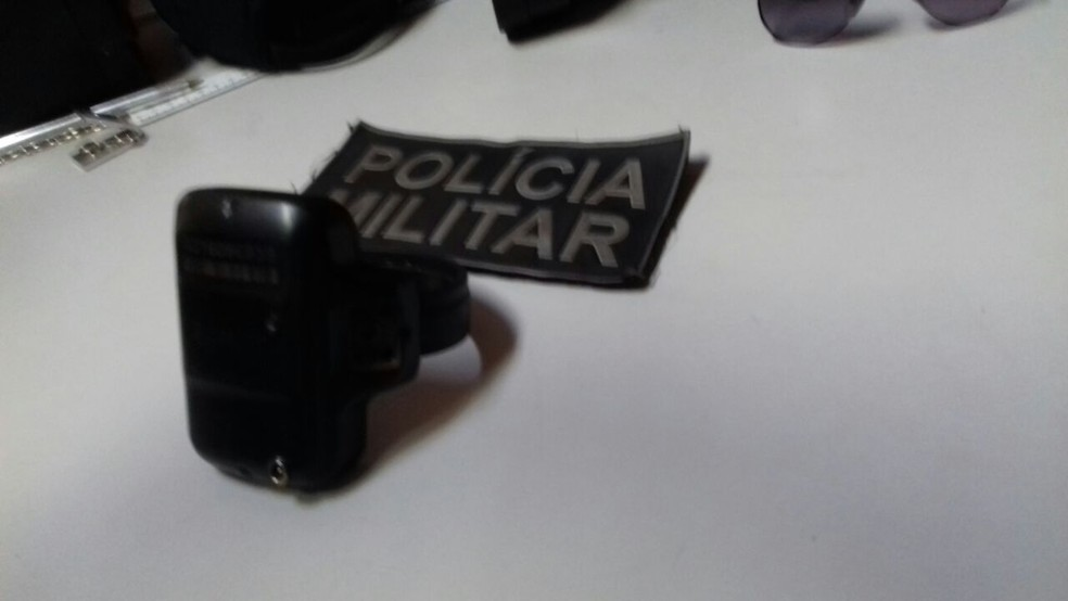 Tornozeleira foi deixada em carroceria de caminhonete (Foto: PM/Divulgação)