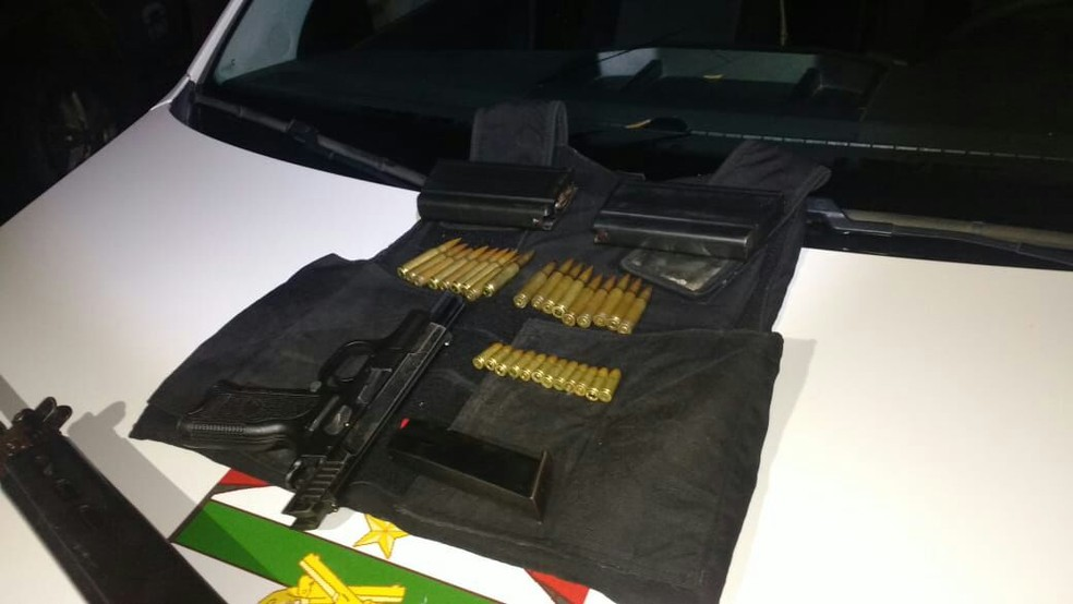 Pistola, colete e munições apreendidas pela PM com suspeitos na Grande Natal (Foto: PM/Divulgação)