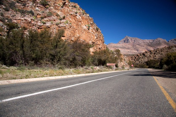 Road between mountains (Foto: Getty Images/iStockphoto)