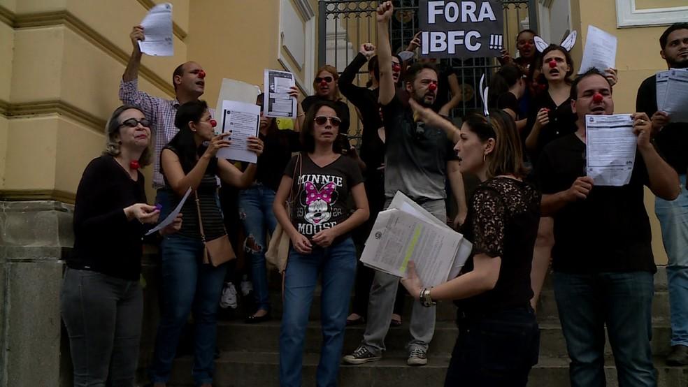 Candidatos que fizeram concurso do TJPE realizaram protesto na frente do Palácio da Justiça, no Centro do Recife, nesta sexta-feira (20) (Foto: Reprodução TV Globo)