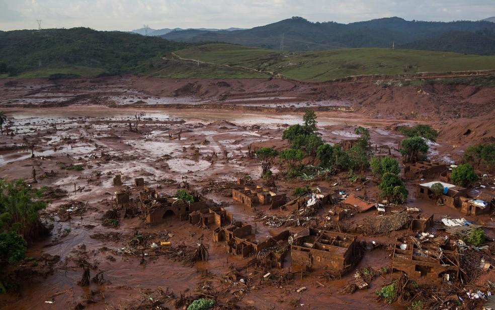 Destroços de construções são vistos em meio a lama após o rompimento de uma barragem de rejeitos da Samarco. (Foto: Felipe Dana/AP)