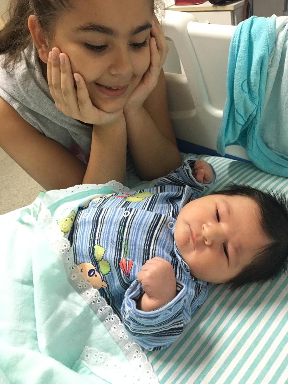 Irmã está encantada com o nascimento do bebê, diz mãe — Foto: Evilyn Cavalcante/Arquivo Pessoal