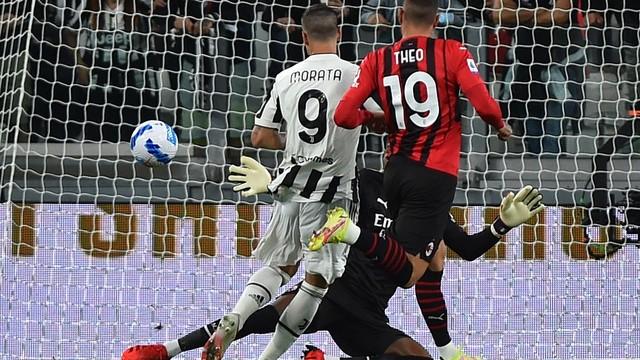 MOrata conclui diante do goleiro Maignan, perseguido por Theo Hernández em Juventus x Milan