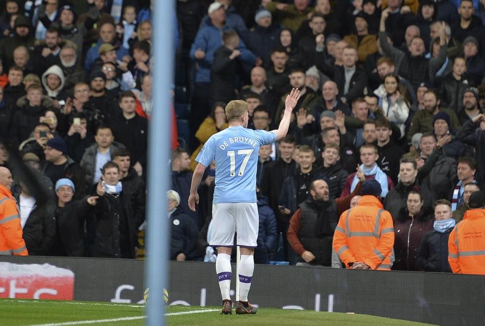 De Bruyne pede calma aos torcedores depois de ofensas racistas a Fred no clássico Manchester City x Manchester United — Foto: EFE/EPA/PETER POWELL