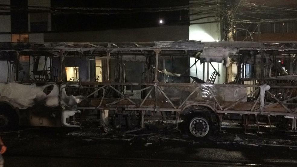 Ônibus que foi incendiado no bairro de Ondina, em Salvador — Foto: Giana Mattiazzi/TV Bahia