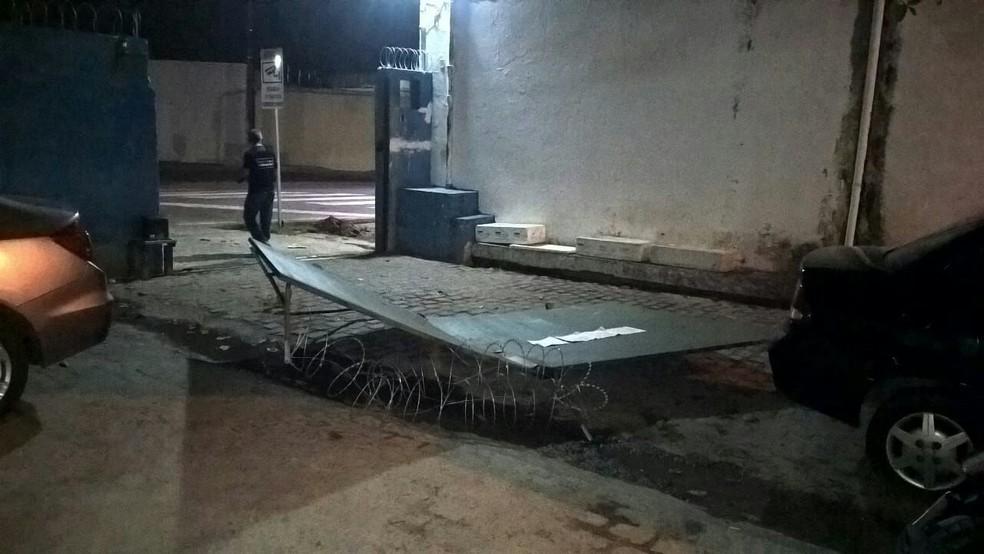 Bandidos usaram uma caminhonete para derrubar o portão do CDP. (Foto: Divulgação / PM)