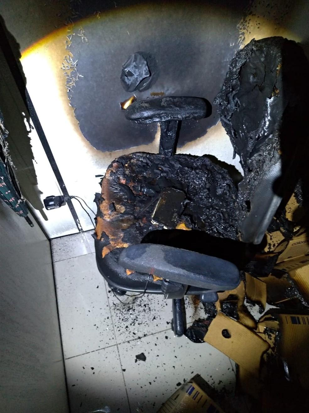 Celular esquecido conectado à tomada em cadeira provocou incêndio em sala de prédio comercial em Cuiabá — Foto: Corpo de Bombeiros de Mato Grosso/Assessoria
