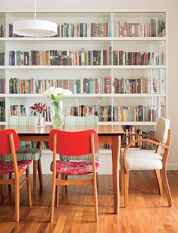 Livros não têm de ficar escondidos. Logo, a arquiteta Mariana Viegas criou a estante com portas de vidro para a sala de jantar. Além de expor, a peça protege os exemplares da poeira (Foto: Edu Castello/Casa e Jardim)