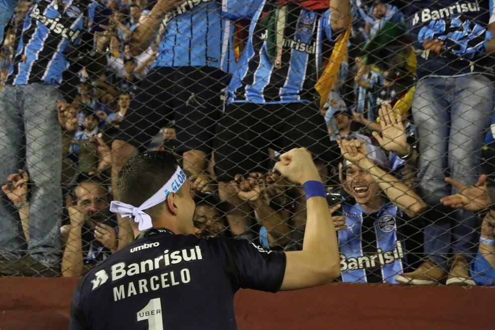Marcelo Grohe faz a festa com a torcida (Foto: Eduardo Moura)