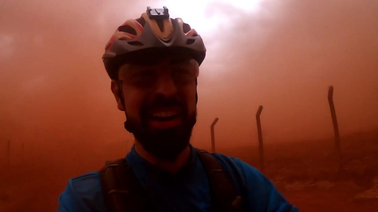 Ciclista é cercado por tempestade de poeira durante treino na zona rural de Barretos, SP: 'Foi feio'