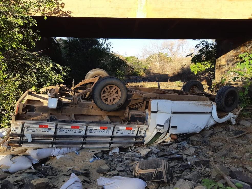 Veículo saiu da pista e caiu de ponte no Piauí — Foto: Divulgação/PRF