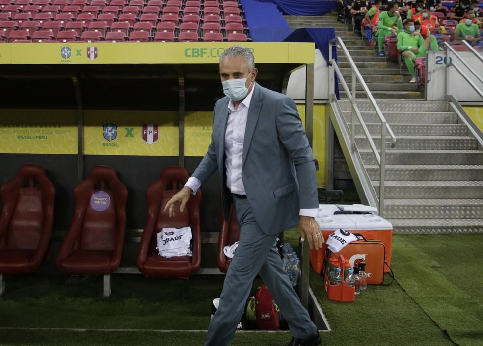 Tite durante a última partida do Brasil contra o Peru: seleção brasileira tem oito vitórias em oito partidas — Foto: Ricardo Moraes/ Reuters