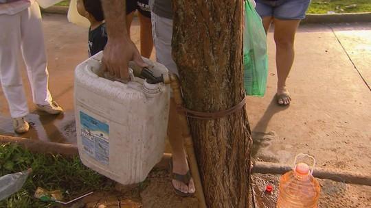 Sem água, moradores fazem fila para usar torneira em praça de Jardinópolis