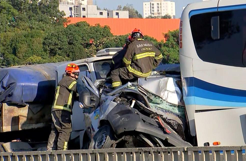 Van ficou prensada em engavetamento na Rodovia Raposo Tavares em Sorocaba — Foto: TV TEM/Reprodução