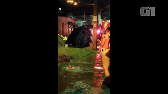 Veículo fica submerso ao cair em buraco; motorista negociou carro horas antes 'estava sem seguro e não posso pagar conserto'