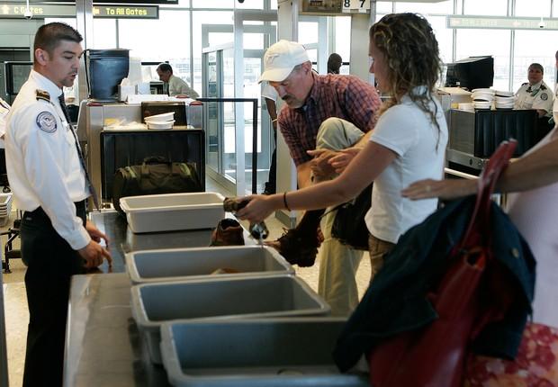 Alex Wong/Getty Images (Foto: Colocamos de tudo nas bandejas dos aeroportos quando passamos pelo raio-X. Mas não costumamos pensar no quanto elas podem estar contaminadas)