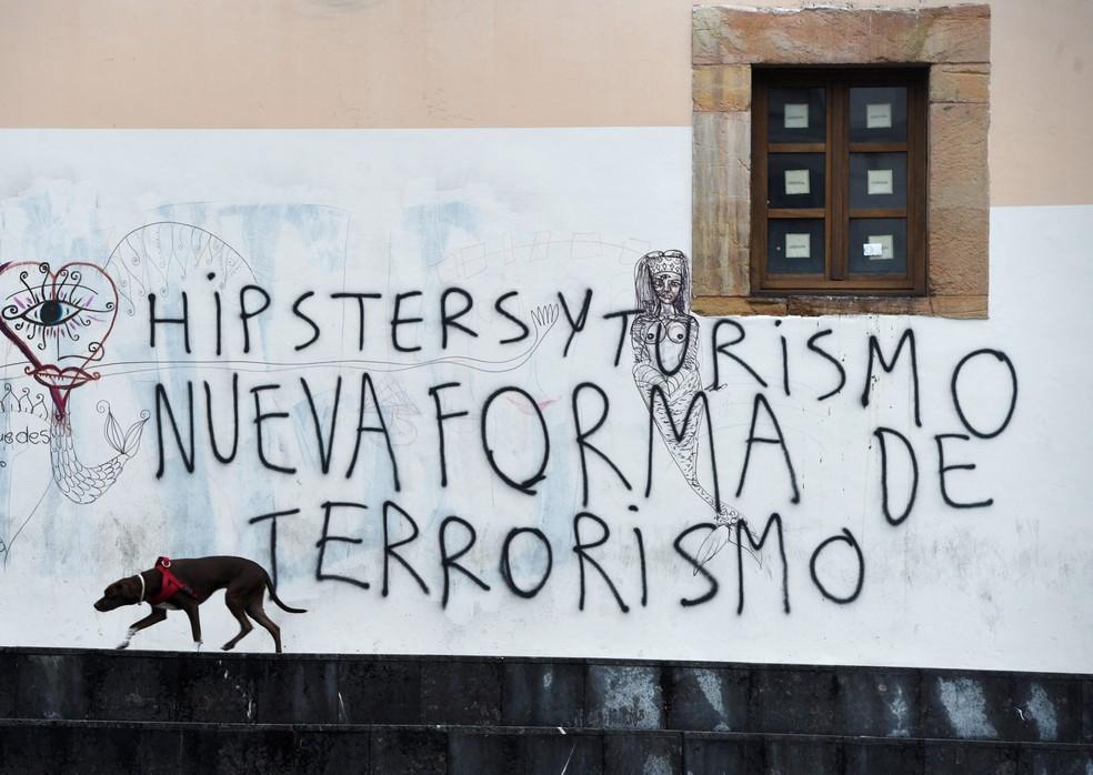 Mensagem em parede na cidade de Oviedo diz: 'Hipsters e turismo, nova forma de terrorismo'. (Foto: 2017. REUTERS/Eloy Alonso)