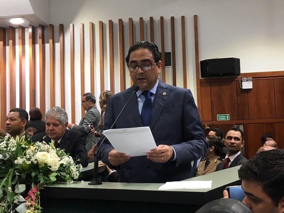Deputado Talles Barreto discursa em nome da oposição, em Goiânia, Goiás — Foto: Silvio Túlio/G1