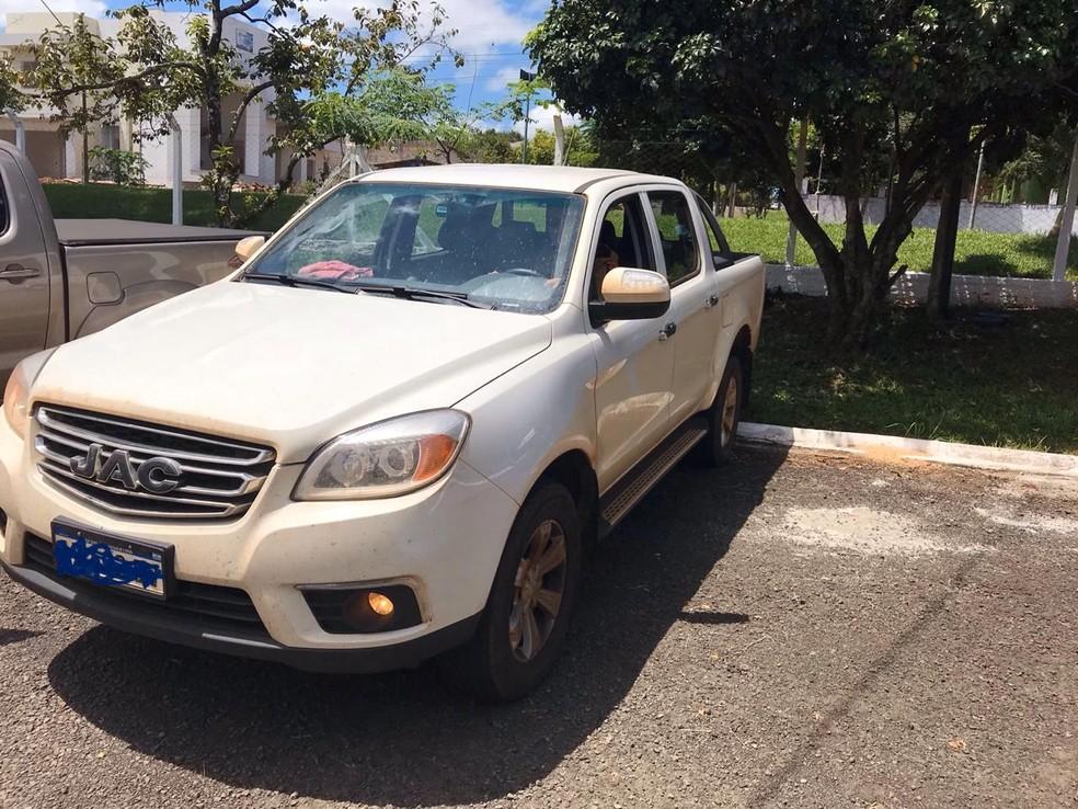 Polícia também apreendeu uma caminhonete que estava com o suspeito, em Santo Antônio do Sudoeste — Foto: PF/Divulgação