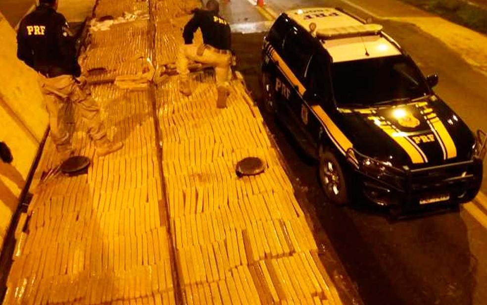 PRF apreende mais de uma tonelada de maconha em caminhão que trasportava carga de esterco na BR 116 em Jequié  — Foto: Divulgação/PRF