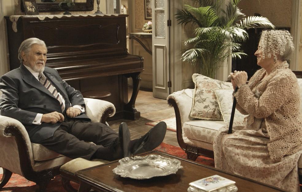 O Lorde é tratado com edução pelos Benedito, que ainda não sabem o que ele tem a dizer (Foto: TV Globo)