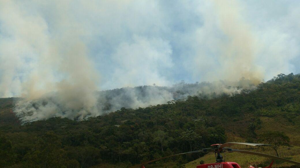 Incêndio volta a atingir área perto do Parque Estadual do Desengano, em Madalena, no RJ