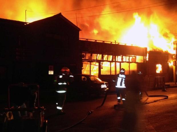 Bombeiros tentam extinguir incêndio em um restaurante em Iquique após terremoto sacudir o Chile. (Foto: Aldo Solimano / AFP Photo)