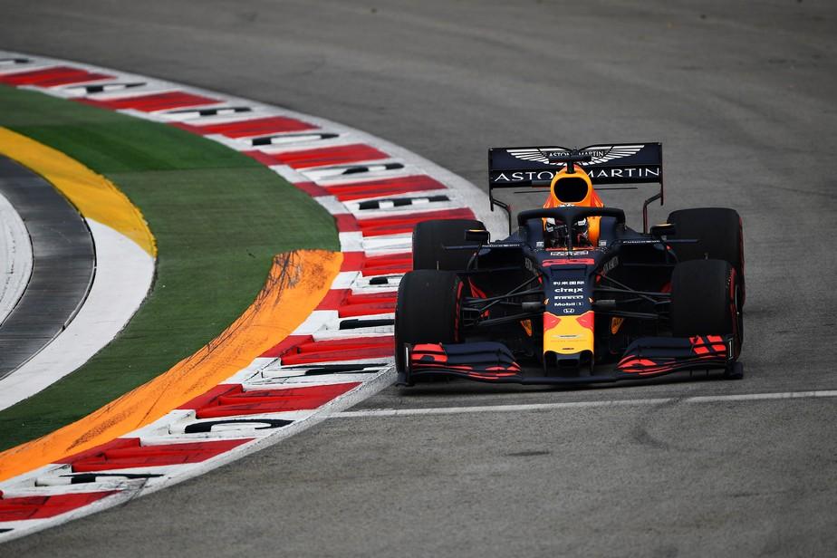Verstappen lidera treino livre em Singapura; Leclerc tem problemas, e Bottas sofre acidente