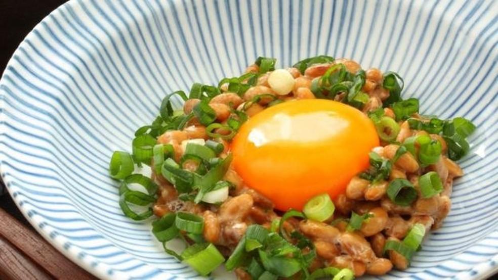 O natto, de vez em quando, é servido com ovos — Foto: Getty Images/Via BBC