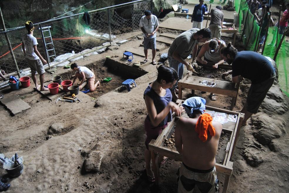 Escavação onde foram encontrados os fósseis do Homo luzonensis  — Foto: AFP PHOTO / FLORENT DETROIT / ARMAND SALVADORE NUJARES