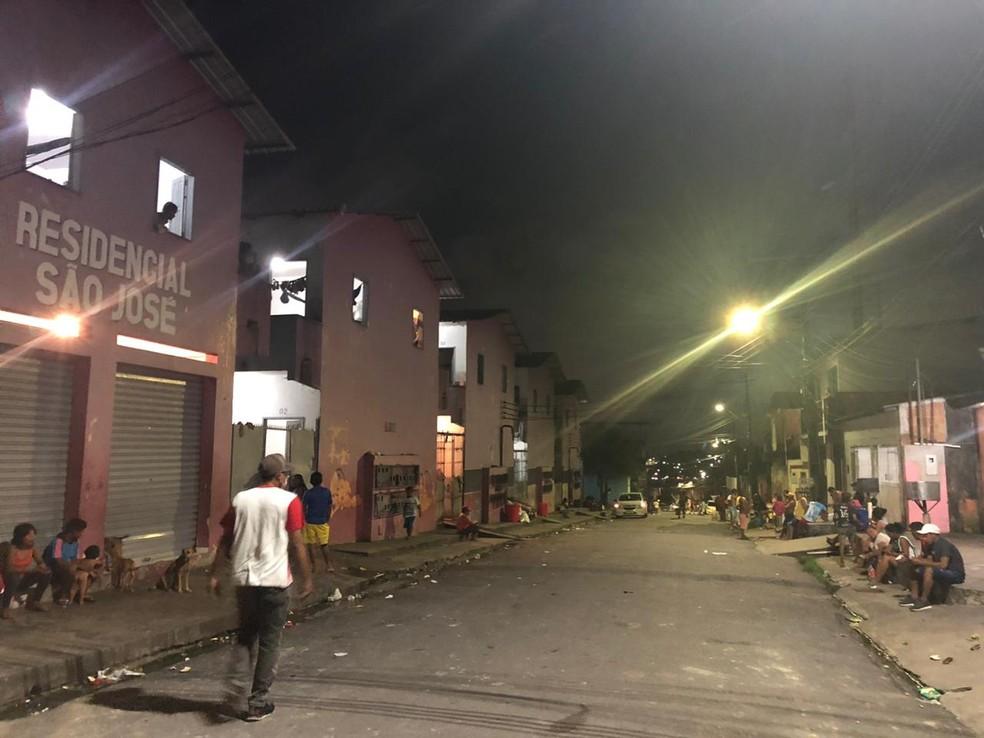 Indígenas venezuelanos ficam nas ruas para evitar aglomeração em abrigo. — Foto: Rebeca Beatriz/G1 AM
