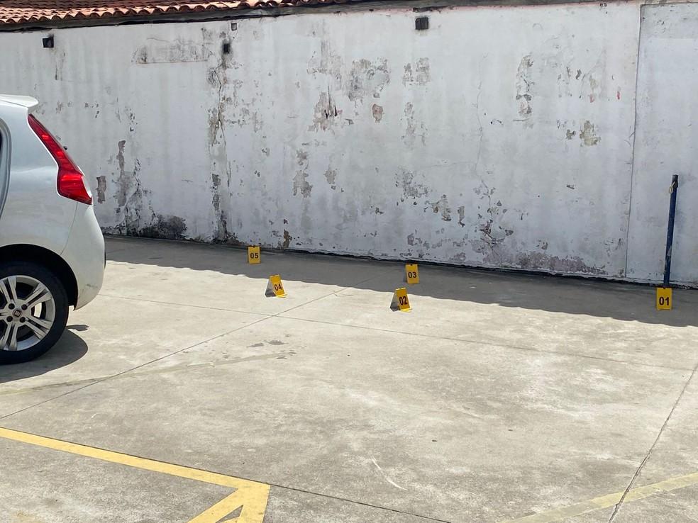 Perícia marca local onde balas foram encontradas, após assassinato de mulher na Zona Norte de Natal — Foto: Kleber Teixeira/Inter TV Cabugi