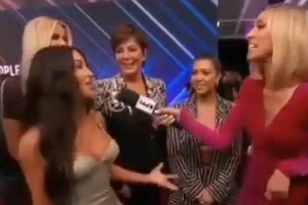 O instante no qual Kim Kardashian corta a irmã Kourtney Kardashian no red carpet do Peoples Choice Awards 2019 (Foto: Reprodução)